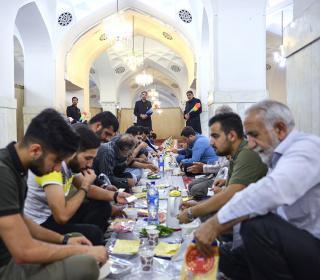 مراسم افطاری در حرم مطهر حضرت عبدالعظیم (ع) - رمضان 1438 قمری - عکس : رستمی